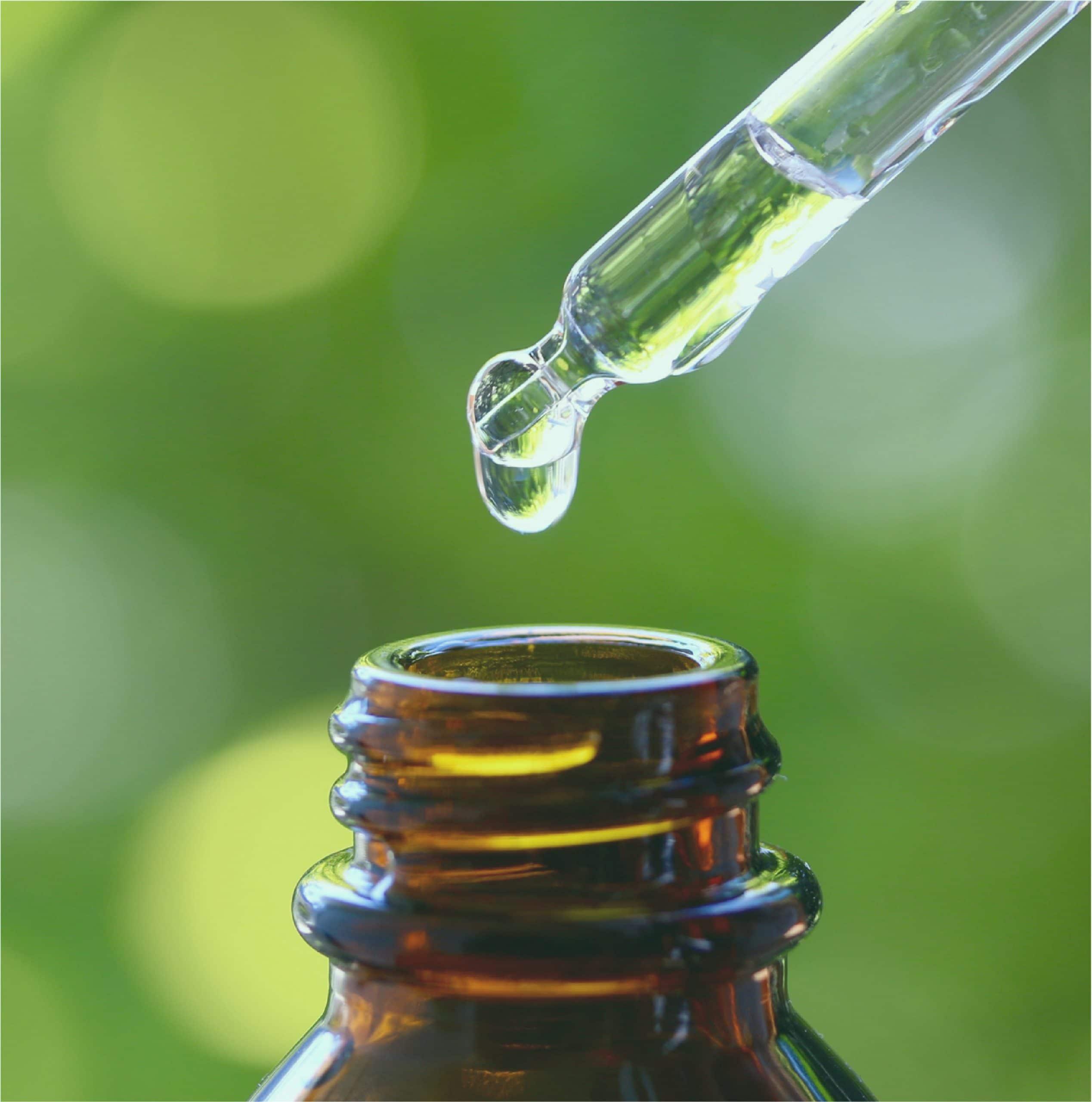 gota de aceite esencial cayendo en frasco